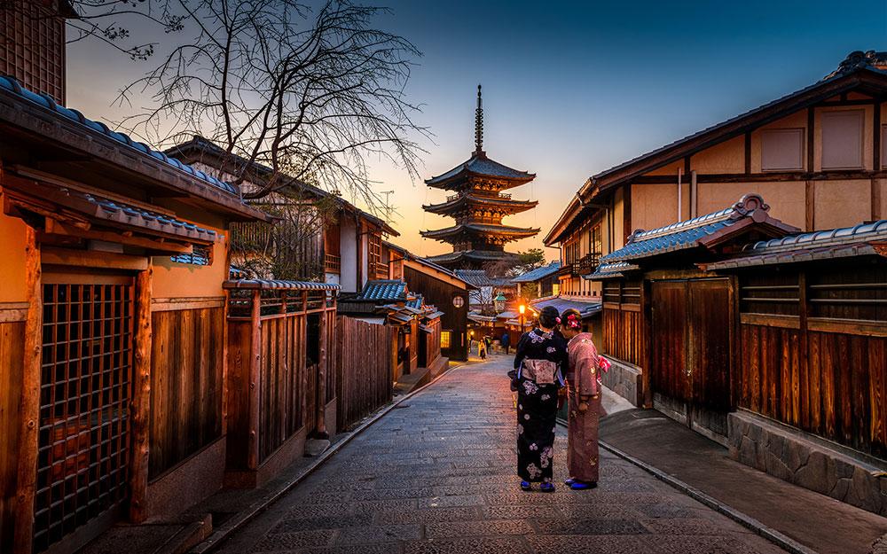 admirer la grâce d'une Maiko dans la lumière des lanternes de Gion àKyoto